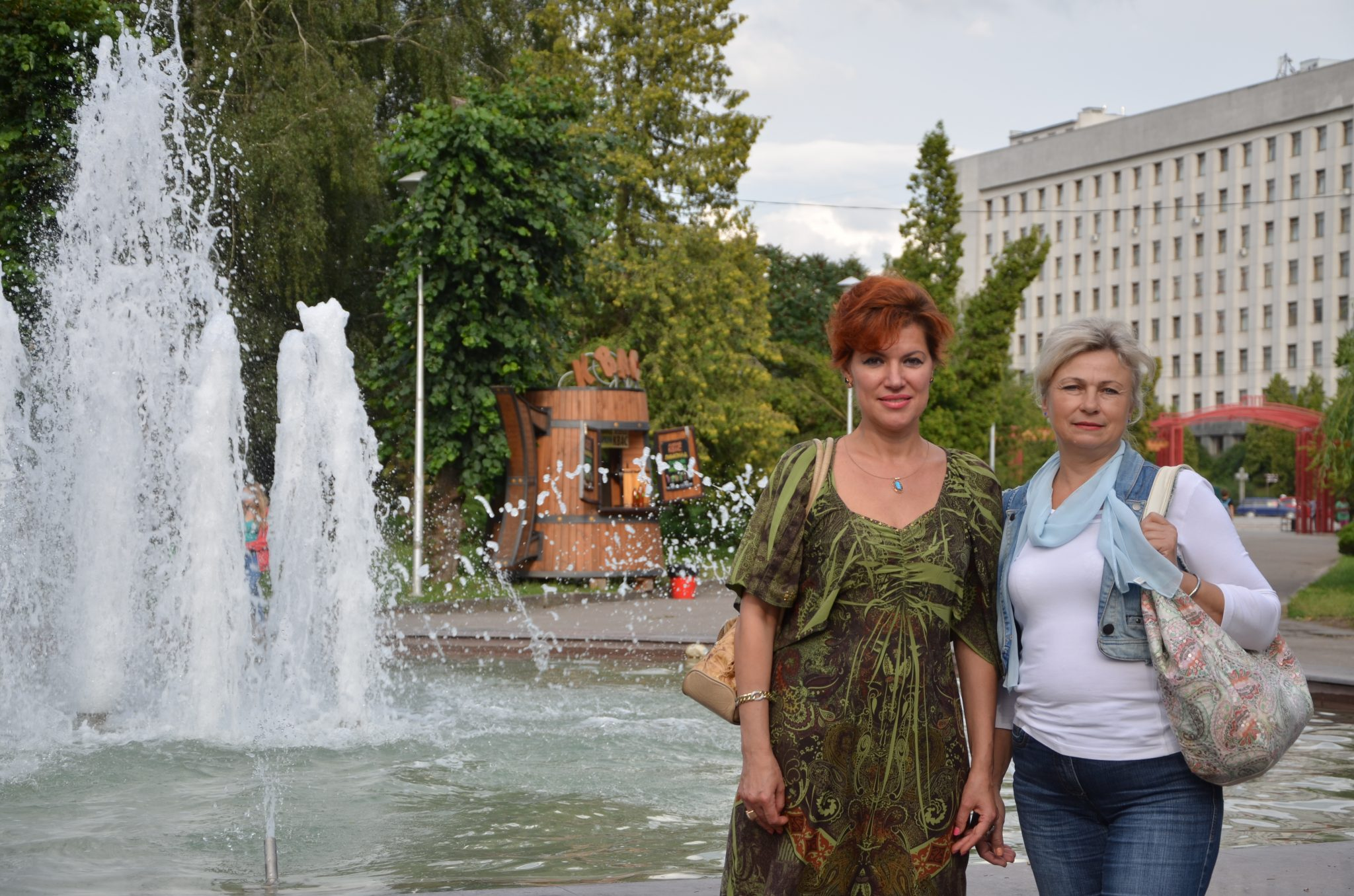 Viktoria und Maria (hier in der Stadt) helfen ihren Klientinnen und deren Kindern. Foto: Theodora Höger