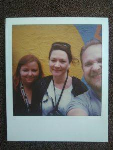 Selfie mit Polaroidkamera